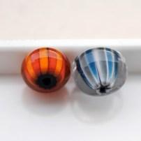 perles de verre rayures caboose et butternut enrobage nectar, points french grey et anchor sur blanc enrobage transparent