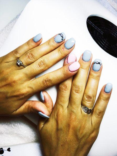 Gelové nehty růžové a modré s kamínkem