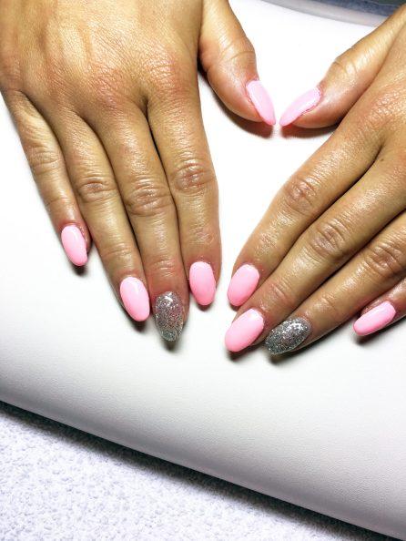 Gelové nehty růžové a šedé s třpytkama