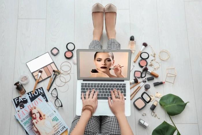 acesso a videos de maquiagem e produtos dinheiro - acesso a videos de maquiagem e produtos 700x467 - Como Ganhar Dinheiro na Internet: As 55 Melhores Maneiras (2021)