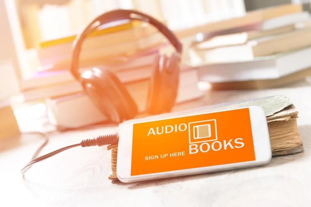 smartphone com acesso a um livro em audio e fone de ouvido dinheiro - smartphone com acesso a um livro em audio e fone d - Como Ganhar Dinheiro na Internet: As 55 Melhores Maneiras (2021)