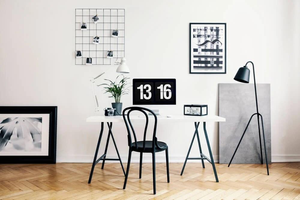 escritório de home office com visual limpo e iluminada