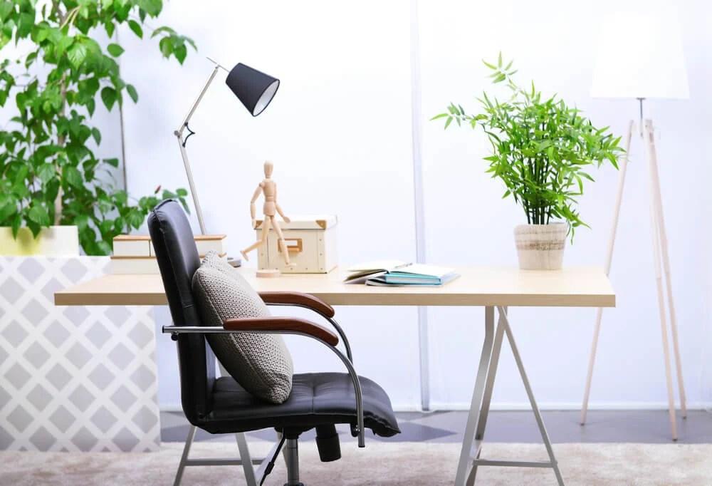mesa de home office com cadeira e almofada