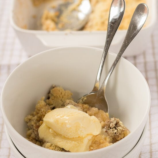 Enjoy this deliciously sweet, sugar free, cinnamon apple crumble knowing that it's much healthier than the traditional sugar laden alternative. This is an incredibly simple pudding recipe too, bursting with fruit and made with only 5 ingredients.