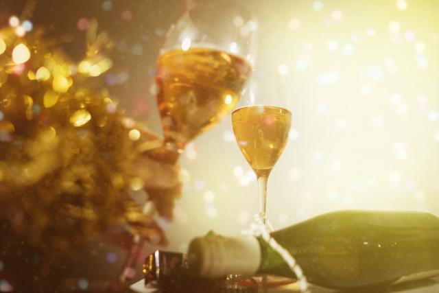 乾杯でグラスをぶつけるのはマナー違反 合わせない場合の意味とは