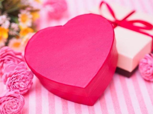 付き合いたての彼氏にバレンタインはチョコ以外にプレゼントも必要?