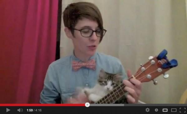 130716catplaying 600x365 - お姉さんの演奏に割り込み、主役を奪う子猫(動画)