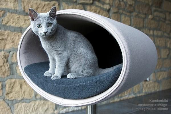 130903catbed00 600x400 - 人と目が合う高さで眠れる、デザイナーズ猫ベッド