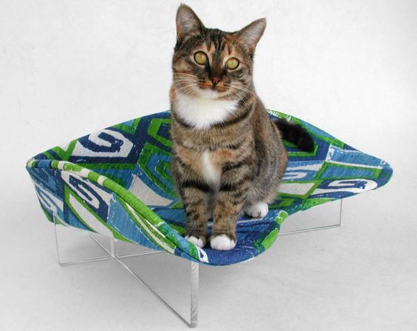 130907catbed02 600x476 - 寝そべるにも、腰掛けるにも良し。モダンでレトロな猫ベッド