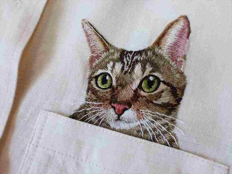 131128catshirt01 - かわいすぎる刺繍の猫、胸ポケットからひょっこり顔を出す