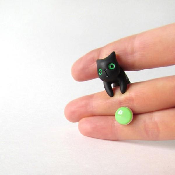 140723catpierce02 600x600 - 笑顔の黒猫ピアス、微笑みを浮かべながら頬を寄せる