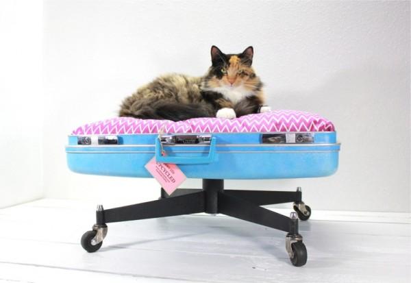 140915catbed03 600x413 - スーツケースベッドに寝そべる猫、寝心地の良さに顔を埋める