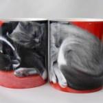 回しても並べても仲良く熟睡する、猫のマグカップ
