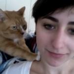 お姉さんの肩を揉みしだく猫、ゴロゴロ音とキスのオプション付き