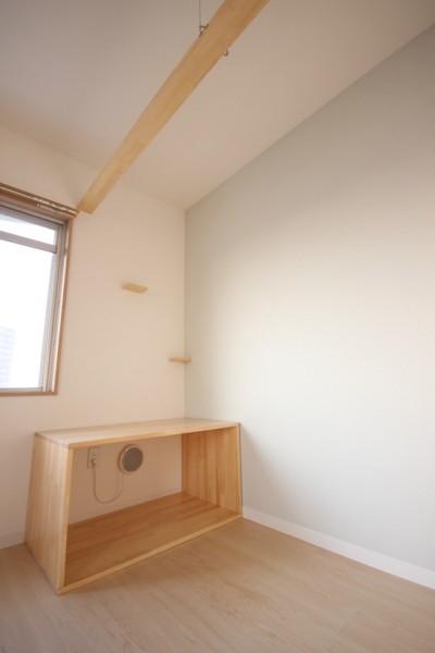 1部屋には専用換気扇付きの、猫トイレスペース。市販のシステムトイレがすっぽり入る高さです。