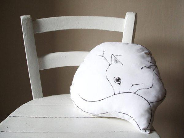 160818catcushion 600x450 - 丸まり眠る白猫クッション、飼い主いるかとチラリと目を開け