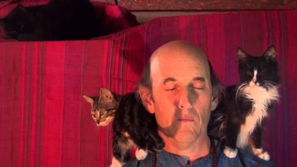 190602cat 600x338 - 瞑想する老師がなぜか猫ホイホイ化、膝へ肩へと次から次へと