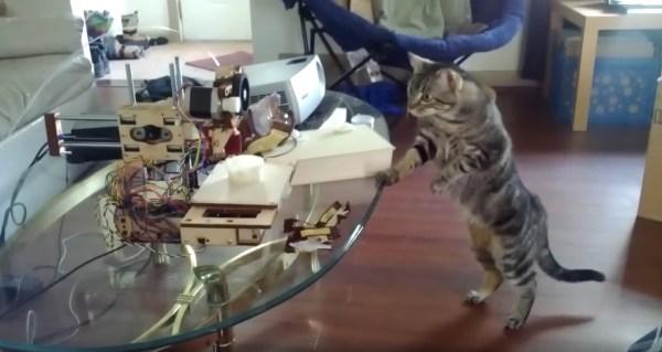 200129cat01 600x319 - 3Dプリンタ怪しむキジトラ猫、警戒しすぎて猫背が伸びる
