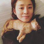石田ゆり子さんインスタで猫と犬とラブラブ生活♪