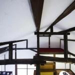 和室6畳の上部には梁があり、猫用のロフトもあります。(内装)