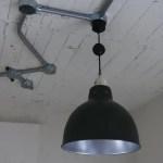 部屋に合わせた土間側の照明器具。
