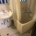 お風呂と洗面台。お風呂の窓側にはカーテンもあります。