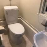 洗面台の横にあるトイレ