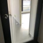 玄関はガラス戸で仕切られています。
