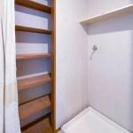 洗濯機置き場と収納棚