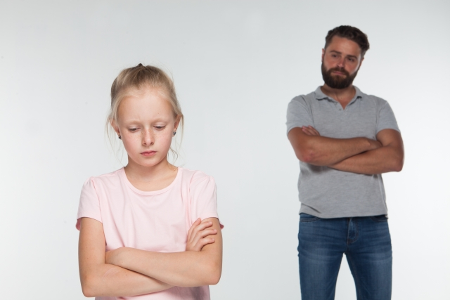 子供を見守る父