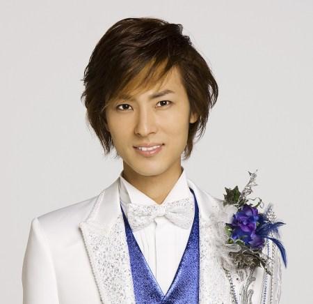 人気上昇中の若手演歌歌手・山内恵介(画像引用:http://livedoor.blogimg.jp/problem654/imgs/3/d/3d9f21e4.jpg)