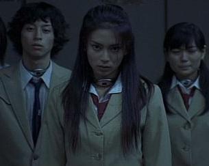 無名だった柴咲コウの演技が話題を呼んだ映画「バトルロワイヤル」(画像引用:http://buta-neko.net/img/movie/br/cap411.jpg)
