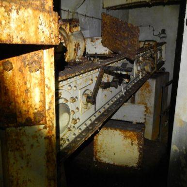 In einem anderen Turm: Hebearm der Geschützkuppel in der unteren Ebene