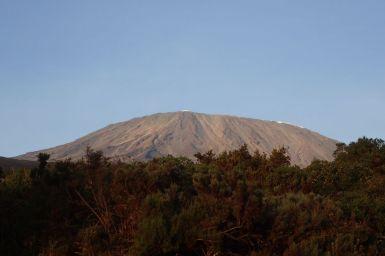 Ein erster klarer Blick auf den Gipfel. Man sieht das Östliche (links) und Nördliche Eisfeld