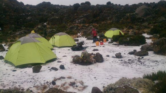 Im Third Cave Camp - Ein Hagelschauer hat uns erwischt und die Temperaturen sinken kurzfristig unter den Gefrierpunkt
