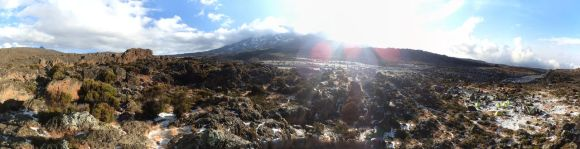 Third Cave Camp - Blick vom nahen Felsen auf Camp und Kibo