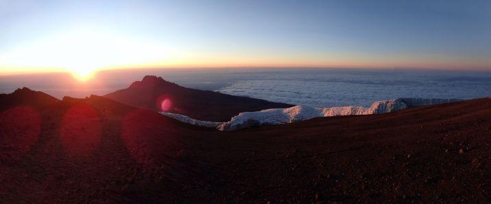 Sonnenaufgang auf 5888m am Hans Meyer Punkt mit Blick auf den Rebmann-Gletscher und den Mawenzi