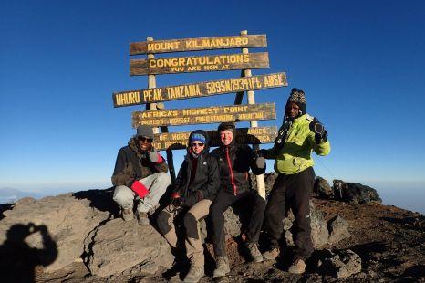 Geschafft, mit Kati und unseren Führern Beny und Peter, erreiche ich den Uhuru Peak