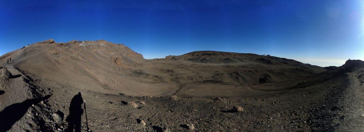 Blick in die Caldera, links oben der Hans Meyer Punkt. Die zweite Erhebung rechts davon ist der Uhuru Peak