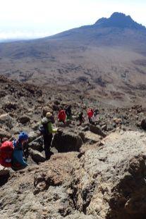 Abstieg am Gilman's Point mit Blick auf den Mawenzi und die Kibo-Hut... Da wartet das Frühstück