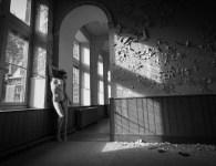 naakte vrouw in verlaten gebouw