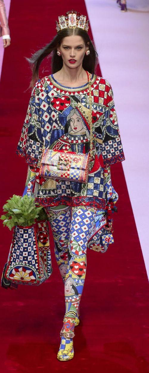 Jeu de cartes Dolce et Gabbana 2018 - Pourquoi je ne serai pas a la mode en 2018 - Blog Maman Bordeaux Ne le dites a Personne #fashionfauxpas #fashionfail #mode2018 #tendance2018 #défilés2018 #hautecouture2018 #Dolcegabbana2018 #Dolcegabbana