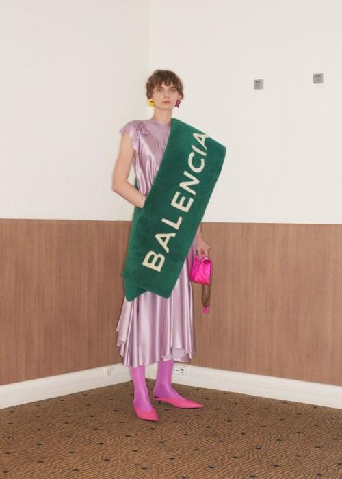 Tapis golf et rideau de douche Balenciaga ? - Pourquoi je ne serai pas a la mode en 2018 - Blog Maman Bordeaux Ne le dites a Personne #fashionfauxpas #fashionfail #mode2018 #tendance2018 #défilés2018 #hautecouture2018 #balenciaga2018