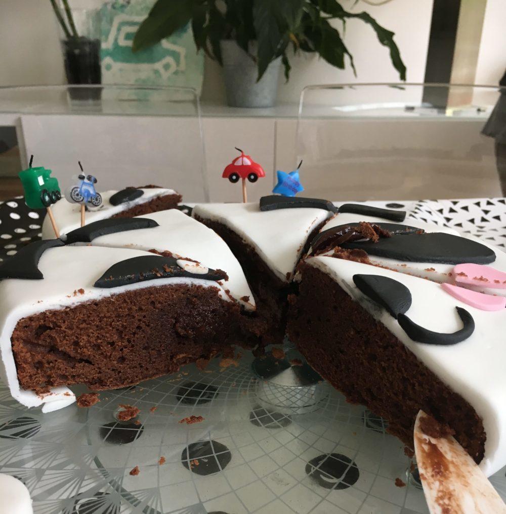 Découpe Gâteau anniversaire Pâte à sucre Panda - Comment réaliser un gâteau en pâte à sucre qui en jette sans se prendre la tête - Blog Maman Ne le dites à Personne #gâteauanniversaire #pateasucre #gateaupanda #gateaupateasucre #anniversaireenfant #blogmaman #neleditesapersonne