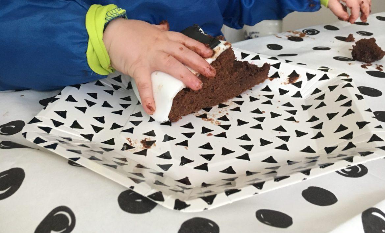 Gâteau découpé et petite main gourmande - Gâteau Panda anniversaire enfant en pâte à sucre, simple et bluffant ! - Blog Maman Ne le dites a personne #gateaupateasucre #pateasucre #anniversaireenfant #gateauanniversaire #blogmaman #neleditesapersonne