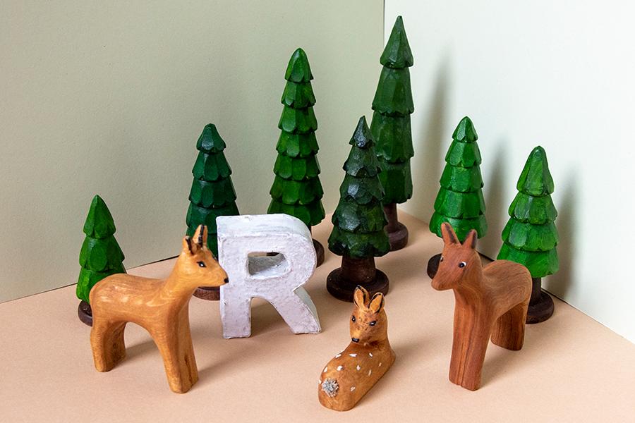 """Geschnitzte Tiere und Bäume zum Tiergedicht """"R wie Reh"""""""