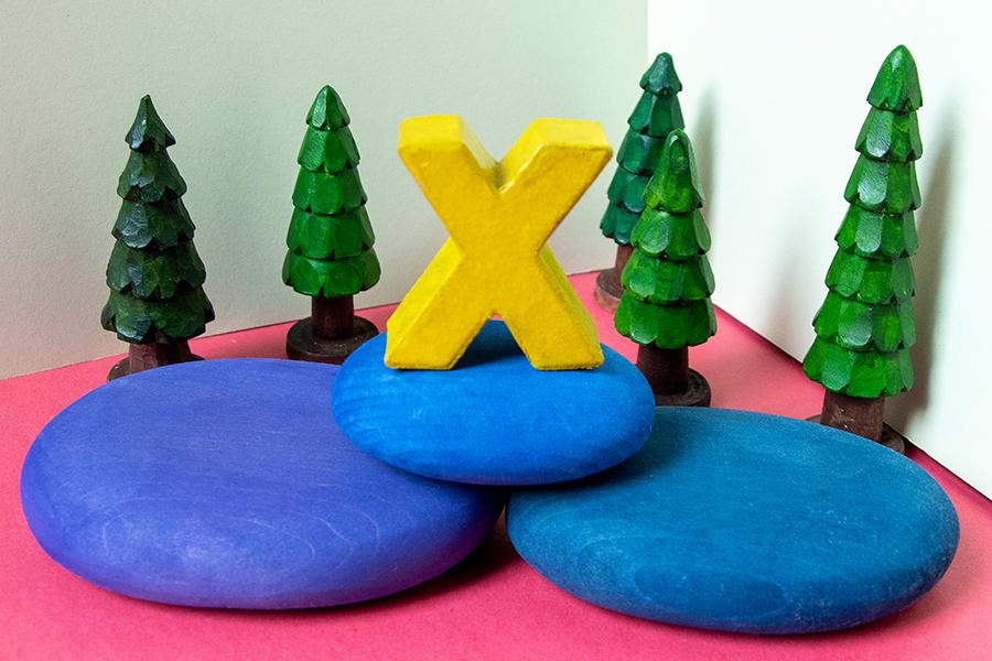 """Geschnitzte Bäume zum Tiergedicht """"X wie Nix"""""""
