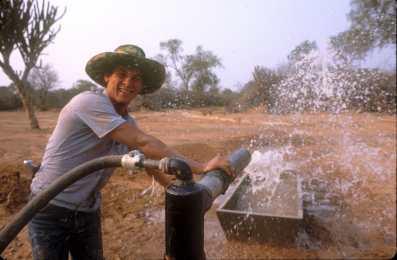 Paraguay, el Chaco, Agua para el danado en época de sequía.