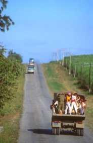 Cuba, Holguín, trabajadores al campo