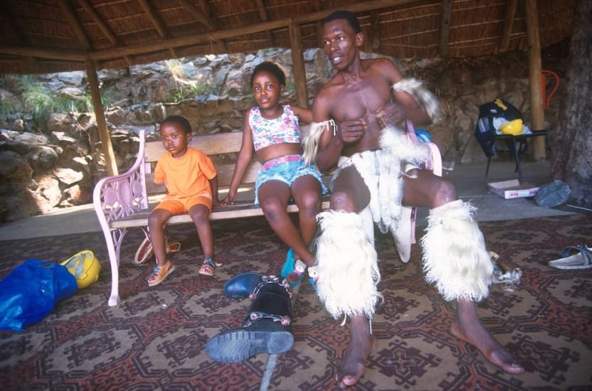 Sudáfrica, Transvaal, Johannesburg, Gold Reef City, bailarín co sus hijos